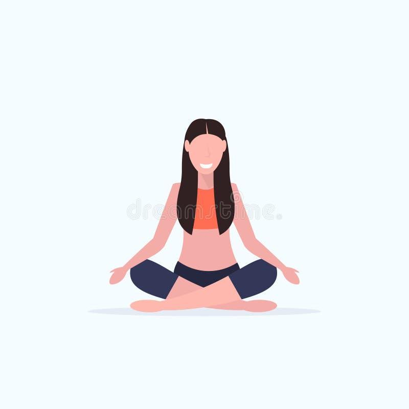 做瑜伽锻炼微笑的体育健身女孩坐的莲花姿势凝思放松概念的年轻女人全长 皇族释放例证