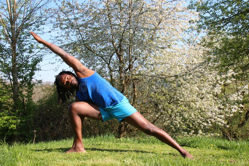 做瑜伽锻炼的一个人户外 库存图片
