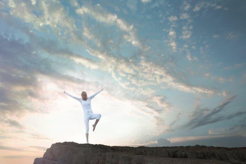 做瑜伽锻炼的妇女浸没本质上 库存图片