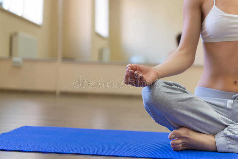 做瑜伽锻炼的美丽的少妇 库存图片