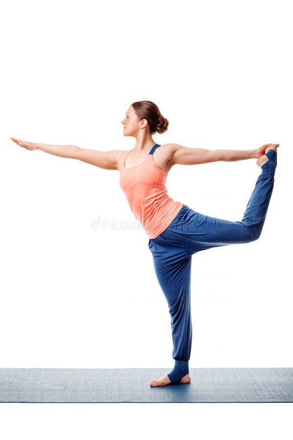 做瑜伽asana Natarajasana的妇女 免版税库存照片
