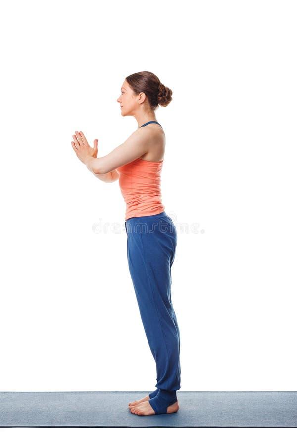 做瑜伽asana Tadasana namaste的妇女 免版税库存照片