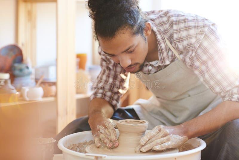 做瓦器商品的工匠 免版税库存照片