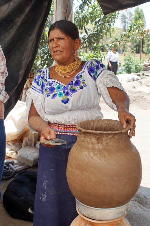 做瓦器的土产妇女 免版税库存图片