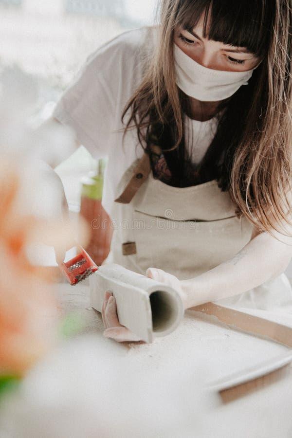 做瓦器的妇女 铺沙黏土板材的过程特写镜头  免版税库存照片