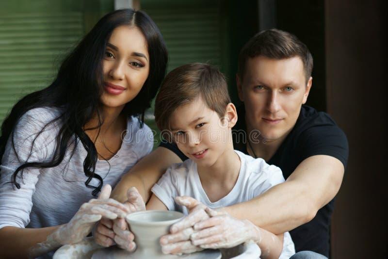 外国母亲与儿子性交图片_做瓦器的母亲,父亲和儿子