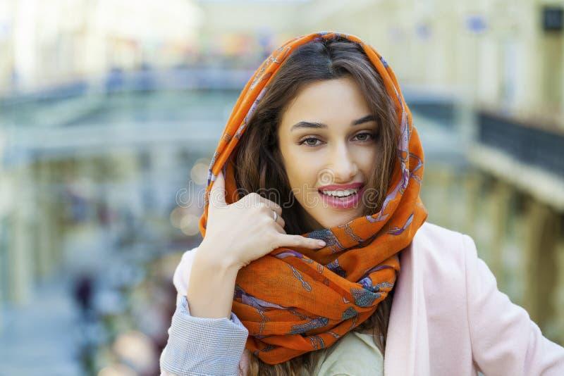 做电话我的美丽的深色的妇女姿态 阿拉伯年轻美国兵 免版税图库摄影