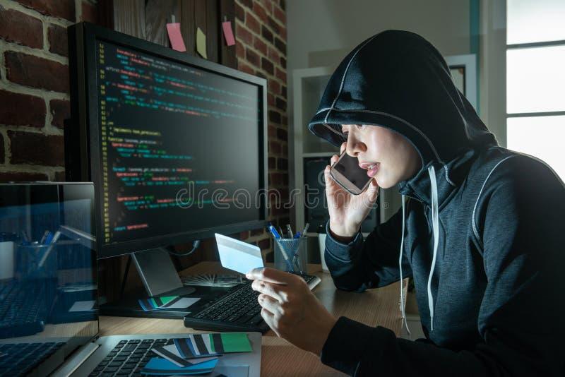 做电话欺骗和盗案的女性黑客 免版税图库摄影
