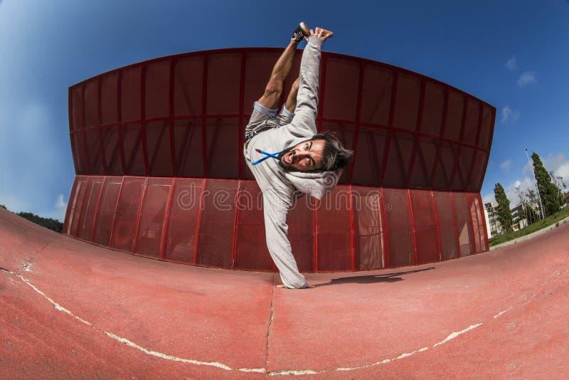 做疯狂的平衡状况的舞蹈家 库存图片