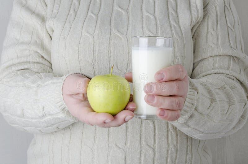 做的妇女避免垃圾食品和选择吃果子和奶制品 免版税库存照片