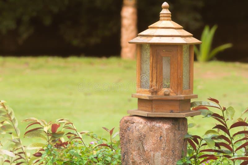 做的室外灯,如果木头在公园中间位于 库存图片