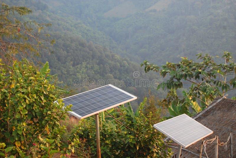 做的能量太阳能电池在地方房子的山在东南亚 图库摄影