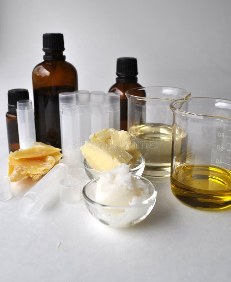 做的自然化妆用品恶黄油、椰子、杏仁、加州希蒙得木和精油成份与管和瓶 库存照片