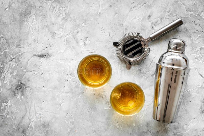 做的鸡尾酒侍酒者设备用威士忌酒在酒吧柜台石头背景顶视图嘲笑 图库摄影