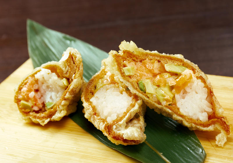 做的maki卷三文鱼熏制的寿司天麸罗 库存图片