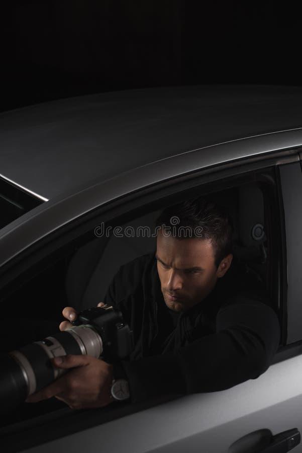 做监视的大角度观点的无固定职业的摄影师由从他的照相机 库存图片