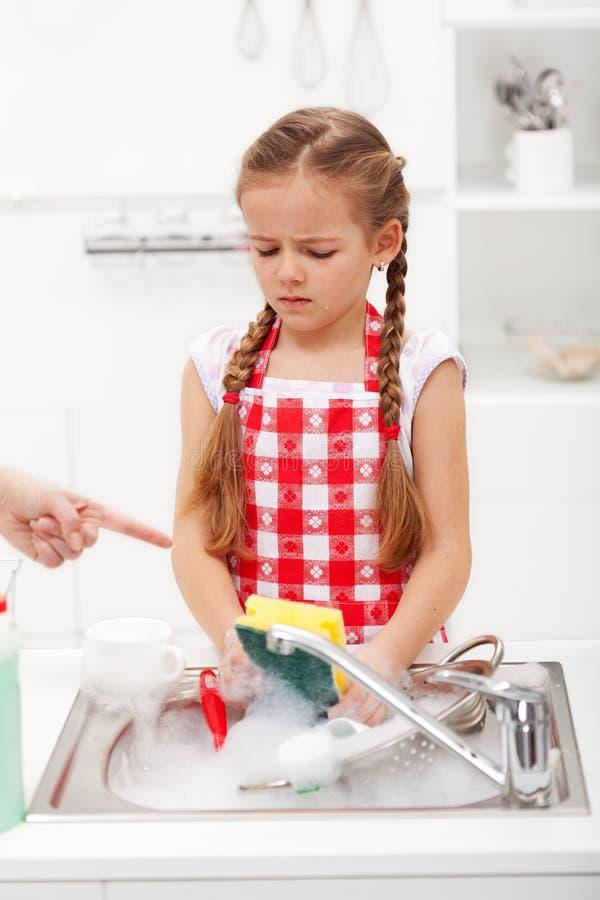 做盘这瞬时-孩子被预定洗涤碗筷 库存照片