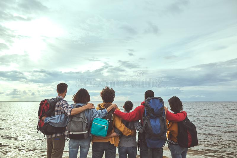 做看海的家庭拥抱 免版税图库摄影