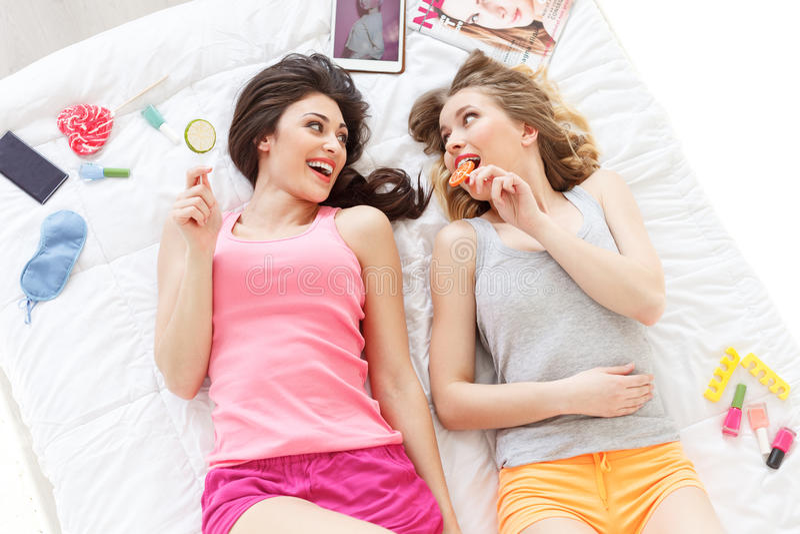 做睡衣派对的美丽的两名妇女 库存照片