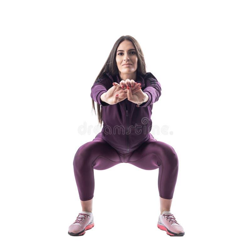 做矮小锻炼的可爱的有氧或健身教练员正面图  免版税库存照片