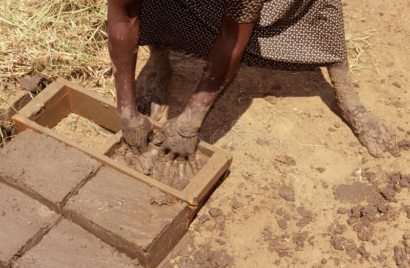 做砖在乌干达。 免版税库存图片