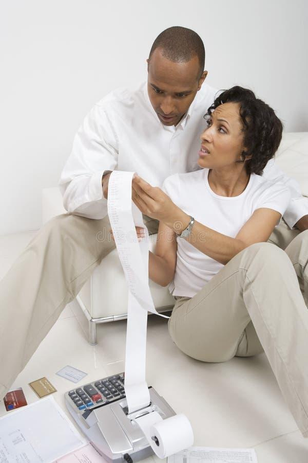 做票据的夫妇 免版税库存照片