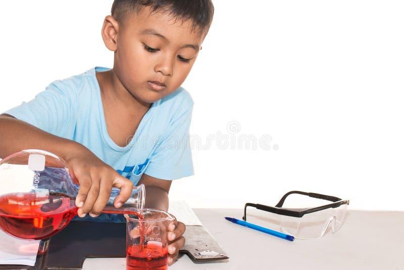 做科学实验的逗人喜爱的小男孩 库存照片