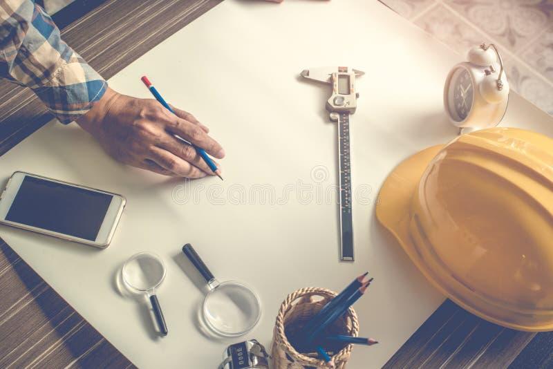 做空白的草稿的工程师在白皮书的图画 工程师 免版税图库摄影