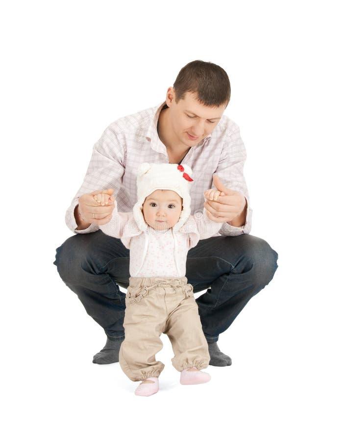 做第一步在父亲帮助下的婴孩 库存图片