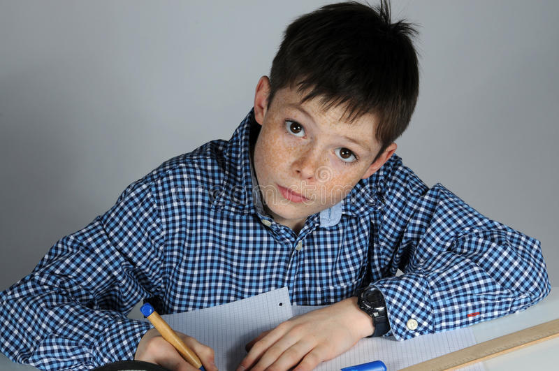 做算术家庭作业的男孩 免版税库存照片