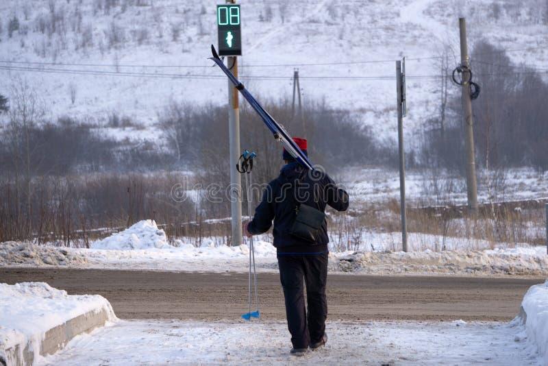 做经典北欧越野滑雪的速度滑雪人在冬天 免版税库存照片