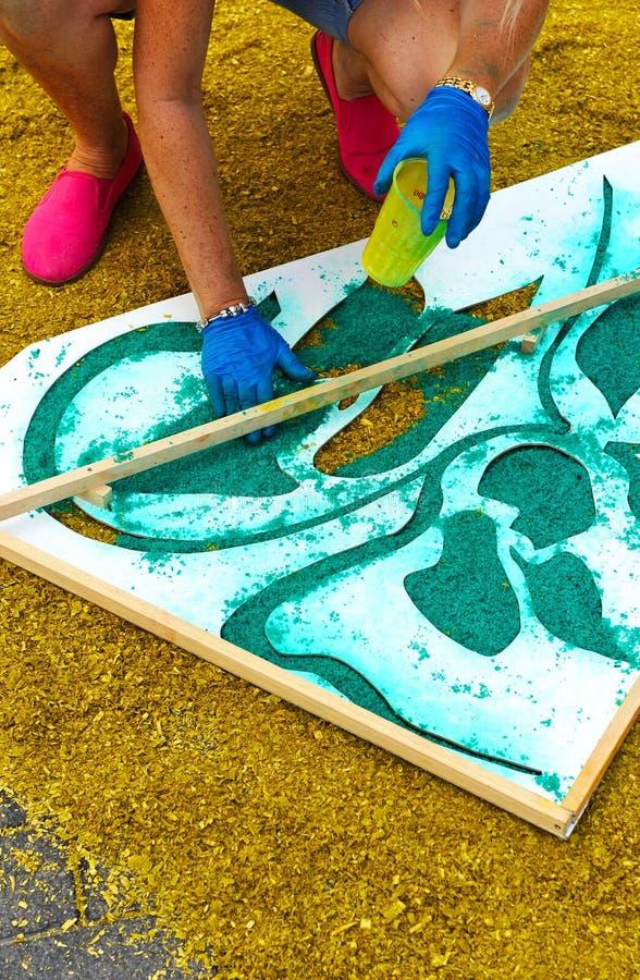 做维尔京,安大路西亚,西班牙的队伍的妇女一张五颜六色的地毯 库存图片