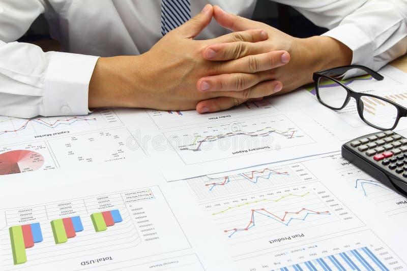 做综合报告顺序计划财务的商人 免版税库存照片