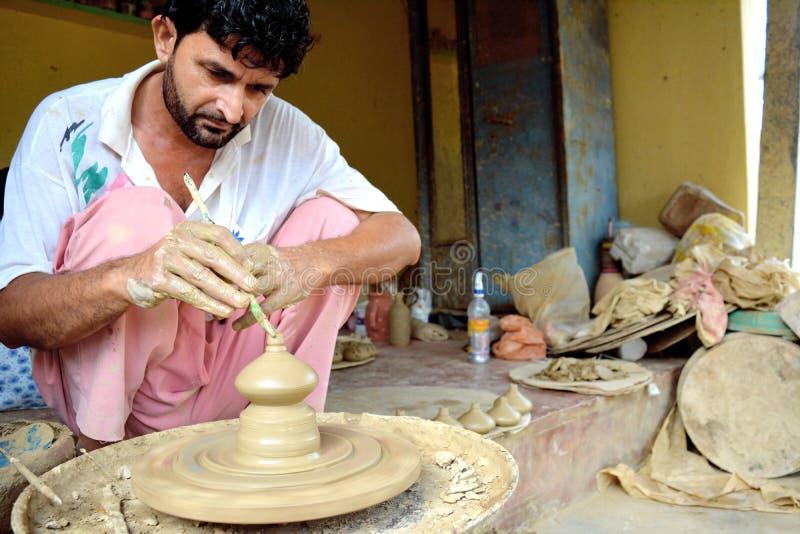 做罐的印度地方陶瓷工在轮子 免版税库存照片