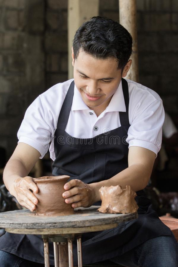 做罐的男性陶瓷工 免版税库存照片