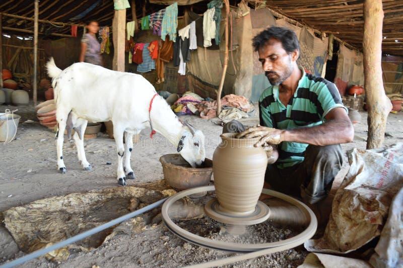 做罐的陶瓷工在Kumbharwada,艾哈迈达巴德附近 免版税库存图片