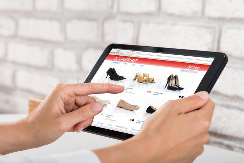 做网上购物的女实业家 库存照片