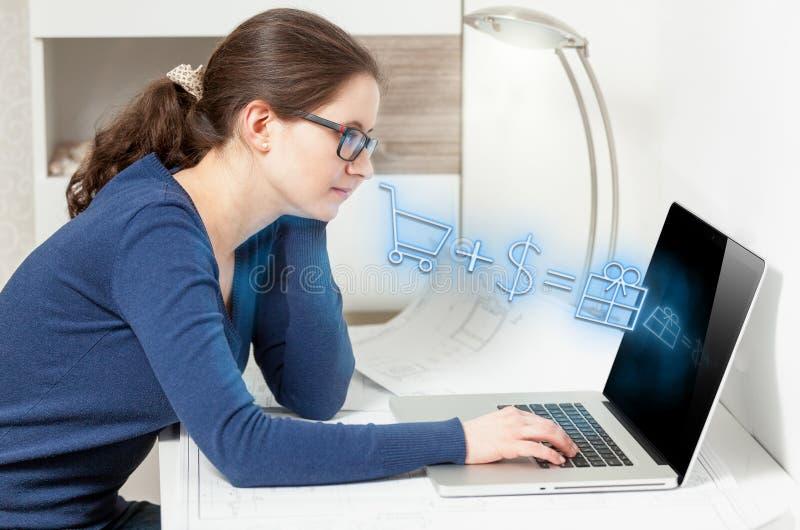 做网上购物的女孩。流动从屏幕的购物象 库存图片
