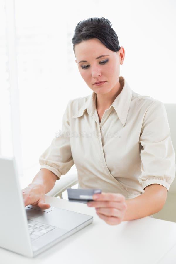 做网上购物的年轻女实业家 免版税库存照片