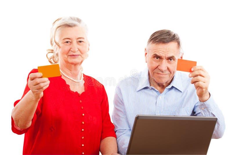 做网上购物的年长夫妇 免版税库存照片