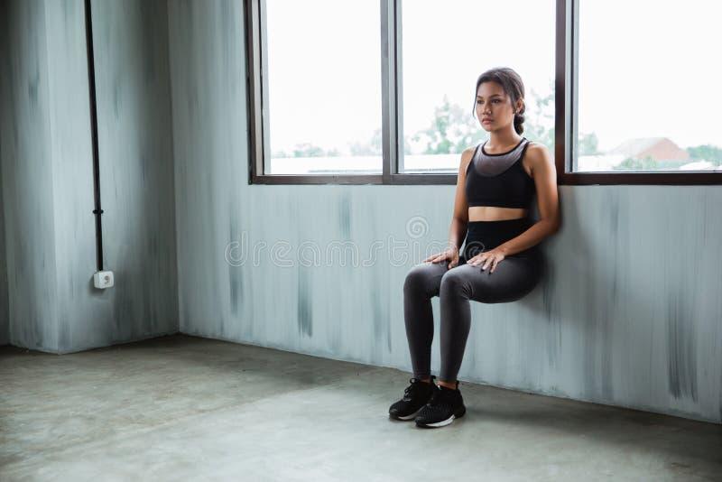 做耐力力量腿的亚裔女运动员锻炼 库存照片