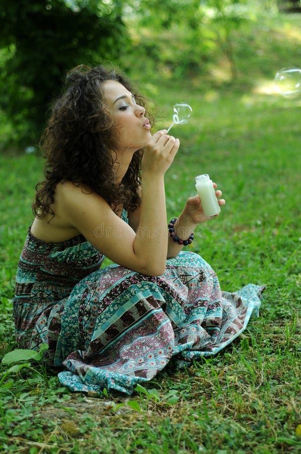 做肥皂妇女年轻人的泡影 免版税库存图片