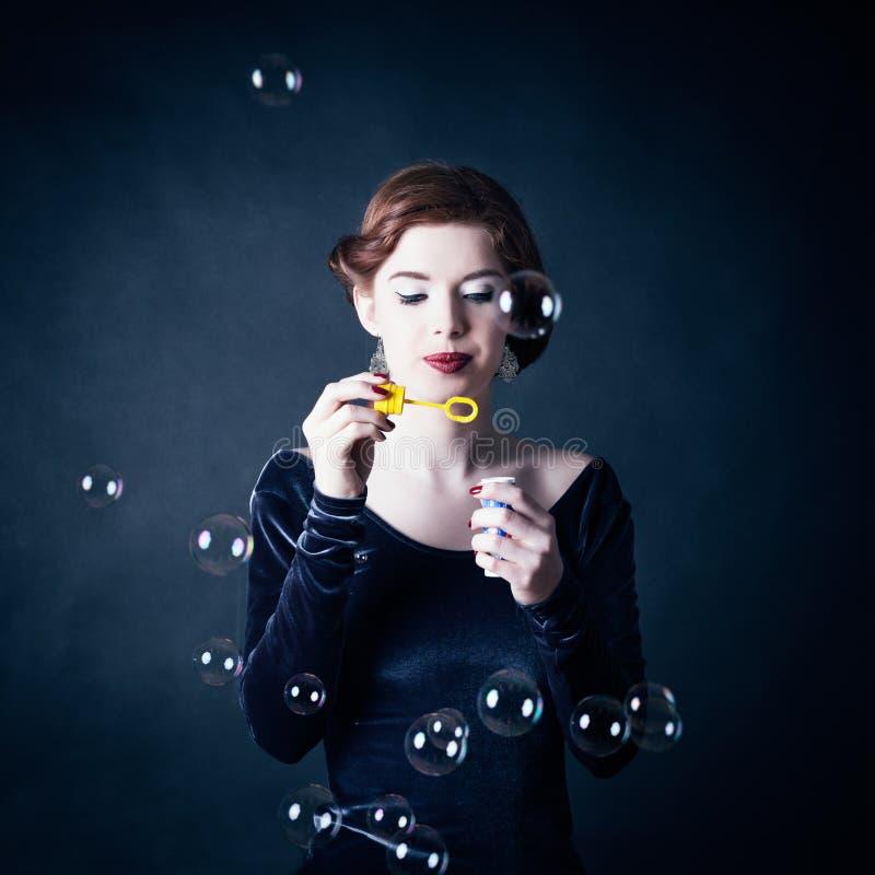 做肥皂妇女年轻人的泡影 免版税图库摄影