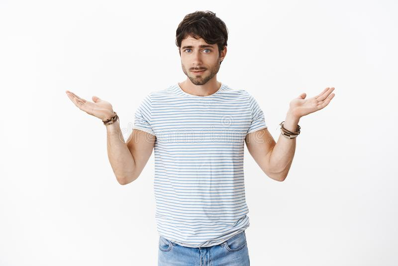 做肩膀耸肩的男朋友在论据期间不可能得到线索传播举了看起来的手斜向一边打扰和 库存照片