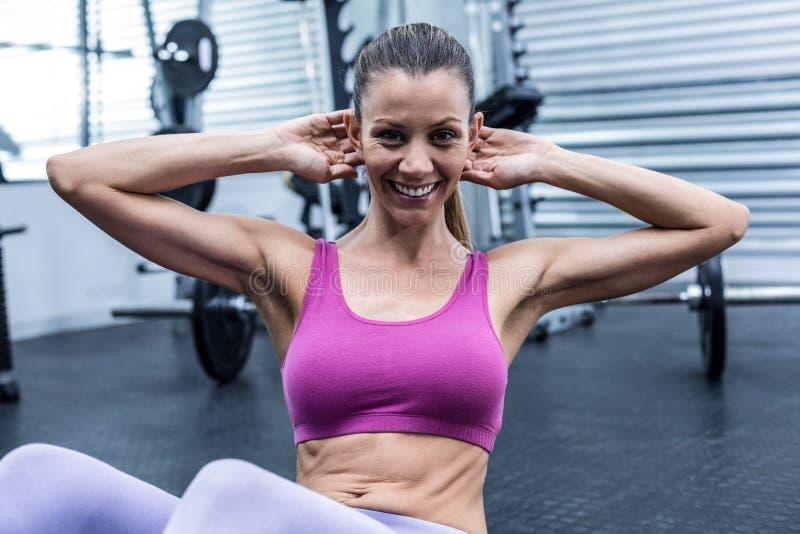 做胃肠咬嚼的肌肉妇女 免版税库存图片