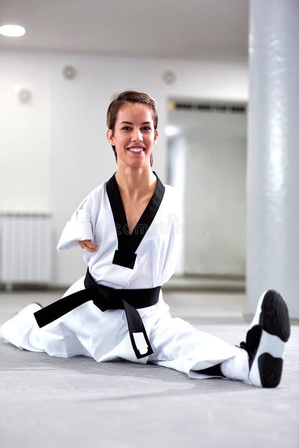 做腿分裂的巴拉跆拳道运动员 库存图片