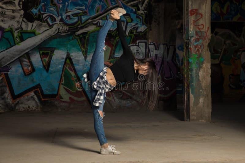 做腿分裂的年轻女性舞蹈家 免版税库存图片