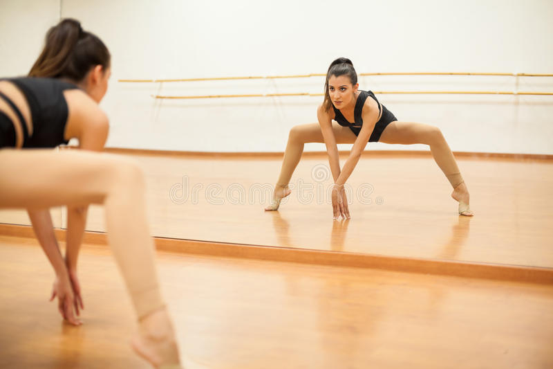 做腿分裂的年轻舞蹈家 库存图片