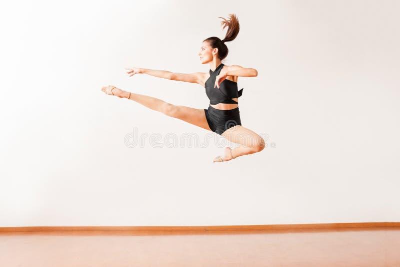 做腿的舞蹈家在天空中分裂了 免版税库存照片