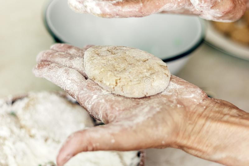 做自创油煎的肉末炸肉排的,传统乌克兰盘的妇女手丸子 免版税图库摄影